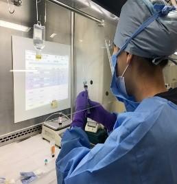 写真: 安全キャビネット内で抗がん剤を調合している様子