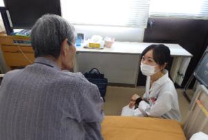 写真. 病室での薬剤管理指導の様子