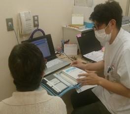 写真. 外来化学療法室でのミーティングおよび薬剤指導の風景